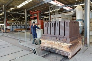 Refractory brick into the tunnel kiln